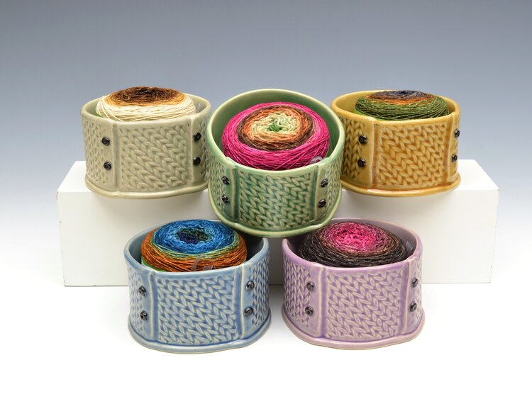 Round yarn bowl with knitted motif